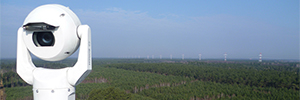 Монитор камеры Bosch, от верхушки деревьев, в польских лесах Чарных